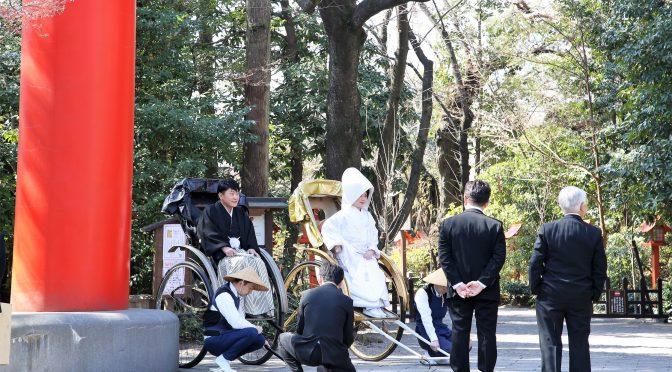 3月に入り、日差しがとても暖かくなってきました。桜の開花も昨年同様早いようです。本日の結婚式は人力車での参進で始まりました。新郎様は黒人力車、新婦様は金色の人力車に乗って、大鳥居前から拝殿前の石の鳥居まで進みます。その様子をご紹介しますね🌸