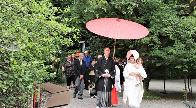 ティアラグリーンパレスの結婚式の魅力のひとつに冠稲荷神社での大前神前式がございます。本物の神社での神前結婚式は由緒ある歴史と重要文化財に包まれ挙行されます。儀式の始まりは、宮司さんを先頭とした雅楽演奏の神職さんや巫女さんに導かれながら、甲大鳥居から拝殿へと境内を進む「参進」です。昨日結婚式を挙げられたカップルもそんな風景を気に入ってくれたのでしょか?花婿はカナダ人、花嫁が日本人のカナダ在住のおふたり。ご両親様も来日されとてもグローバルな結婚式でした。新郎様は紋付袴、新婦様は白無垢・綿帽子で和装姿でとても素敵なジューンブライドです。