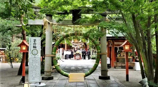 7月6日土曜日。神社婚(冠稲荷神社ティアラグリーンパレスでは神社で挙行する結婚式を一般の「神前式」と区別し「神社婚」といたします。)が、ございました。6月の結婚式は梅雨の時期であり、雨で境内の参進がございませんでした。そのため、1ヶ月ぶりの参進となります。拝殿前の石の鳥居に緑の真新しい「茅野輪」です。             参拝者はもちろん、結婚式で新郎新婦様や参列者の皆様も潜って手水社や拝殿―と進まれます。