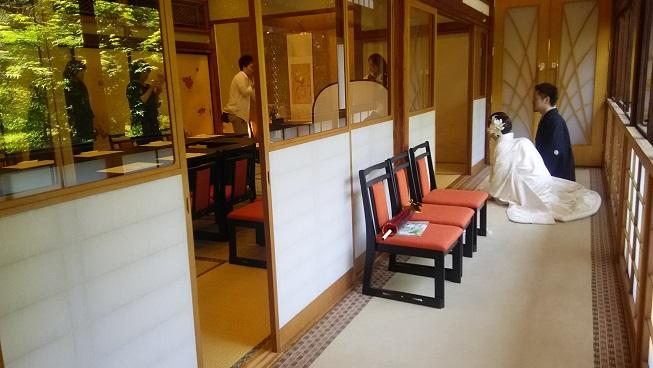 稲荷神社の境内では新郎新婦様が前撮り。 境内だけでなく、ティアラグリーンパレスの源氏の間(の縁側)も、雰囲気があって人気の場所だったりします。