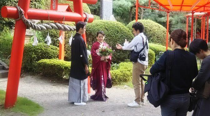 聖天宮前にてフォトウェディング撮影中のお二人がいらっしゃいました♪さっそく艶やかなお着物をお召しの美しい新婦様に近付きまして、ブログ掲載の許可をいただきました^^