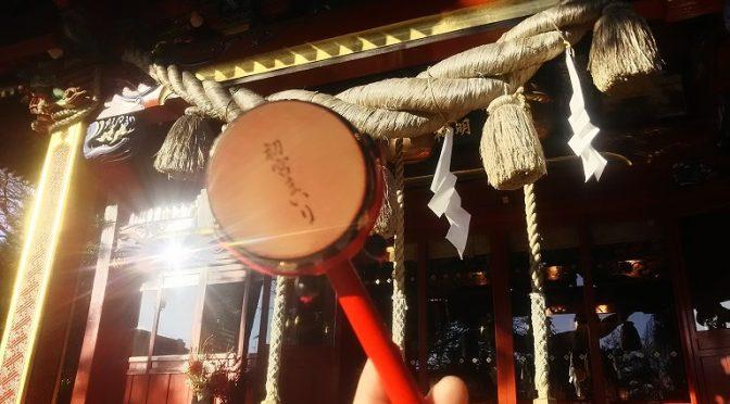 冠稲荷神社での初宮祈祷の授与品「でんでん太鼓」について由来を調べてみました!また、お参りに欠かせない「産着」を無料で貸し出しております♪