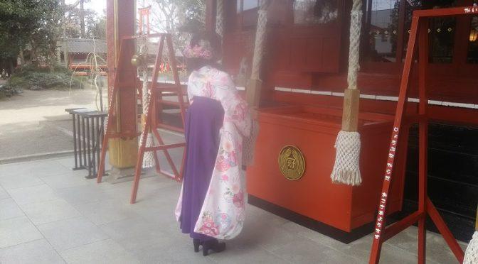 今朝は早くから拝殿前でお参りする袴姿の乙女を発見!ご両親様と卒業式に向かわれる途中でお参りにご来社いただいたそうです。ポカポカと暖かい日が続き、お参りにいらっしゃるお客様にも良い季節となりました^^ 本日は冠稲荷神社の初宮参りについてもご案内させていただきます♪