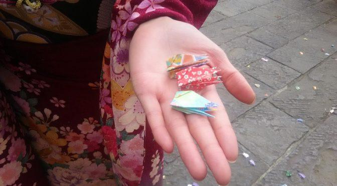 白魚のような手のひらに載った小さな折鶴は、本日執り行われた神前結婚式で「折鶴シャワー」として使われた縁起の良いもの♪そして、この美しい手のひらの持ち主は成人のお祝いにご参拝くださったモデルさんのように綺麗なお嬢さまです^^
