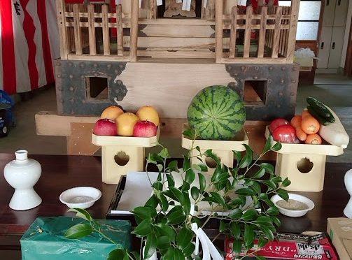 今日も照りつける日差しの中、御神輿の御霊入れの神事に随行させて頂きました!お供え物には、ご準備頂いた野菜や果物が並び、中には熱中症対策でしょうか、たくさんの飲み物がご奉納されていました。