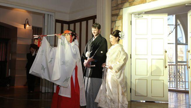 本日は大安の土曜日、七五三のお参りにたくさんの方々が神社に来てくださいました!また、昨日はペットさんの七五三のお参りに来て下さった方もいらっしゃいました♪そして七五三とは少しお話しが変わりますが、先日ティアラグリーンパレスで行われた結婚式にて巫女先導を行いました!