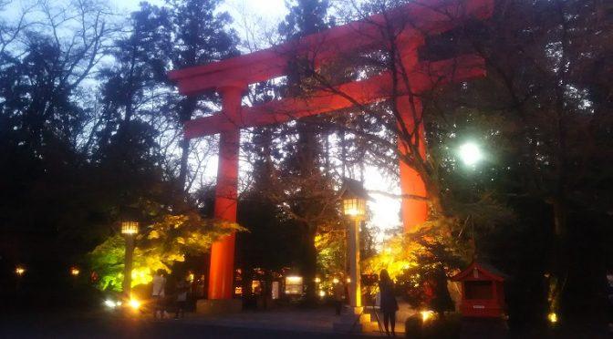 日の入りが随分と早くなりました。甲大鳥居のモミジの紅葉はあまり進んでおりませんが、ライトに照らされてとても綺麗です♪冠稲荷神社へのお参りは清々しい朝や暖かい日中はもちろん、ライトアップが美しい夕刻もおススメです(^^)さて、本日は(株)イチタン様にて執り行いました「ふいご祭」についてご紹介させていただきます。