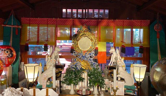 神社にはご神体として「鏡」が置いてあります。今月の神様朱印も冠稲荷神社の拝殿にある鏡が基になっております。なぜ、鏡がご神体なのでしょうか。調べてみました。