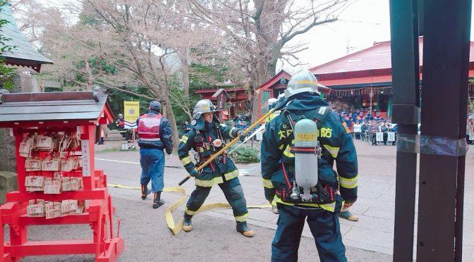 今日は文化財防火デーの日!冠稲荷神社では8年に1度の防火訓練が行われました。実際に消防車が神社にきて、火災が起きた時の対処法などを実践してくださいました!