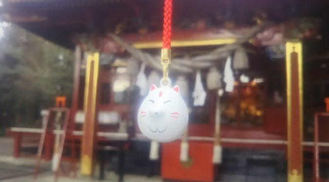 冠稲荷神社では境内の授与所にて朝9時~夕方5時まで毎日、神札や御守を頒布しております。ぷっくら、まあるい愛嬌のあるお顔♪心地よい鈴の音が災いを遠ざけ、幸運を呼び込んでくれる御守「白狐水琴鈴守」をご紹介いたします(^^)