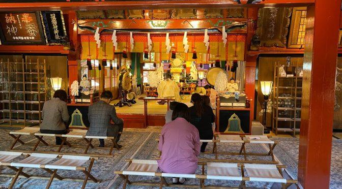 今日は拝殿にて本殿修復工事に伴い、遷座祭が行われました。
