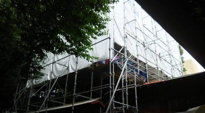 本殿の修繕工事は順調です♪毎日、職人さんたちの木を打つ音がトンテン、カンテン…と、境内に響いております(^^)